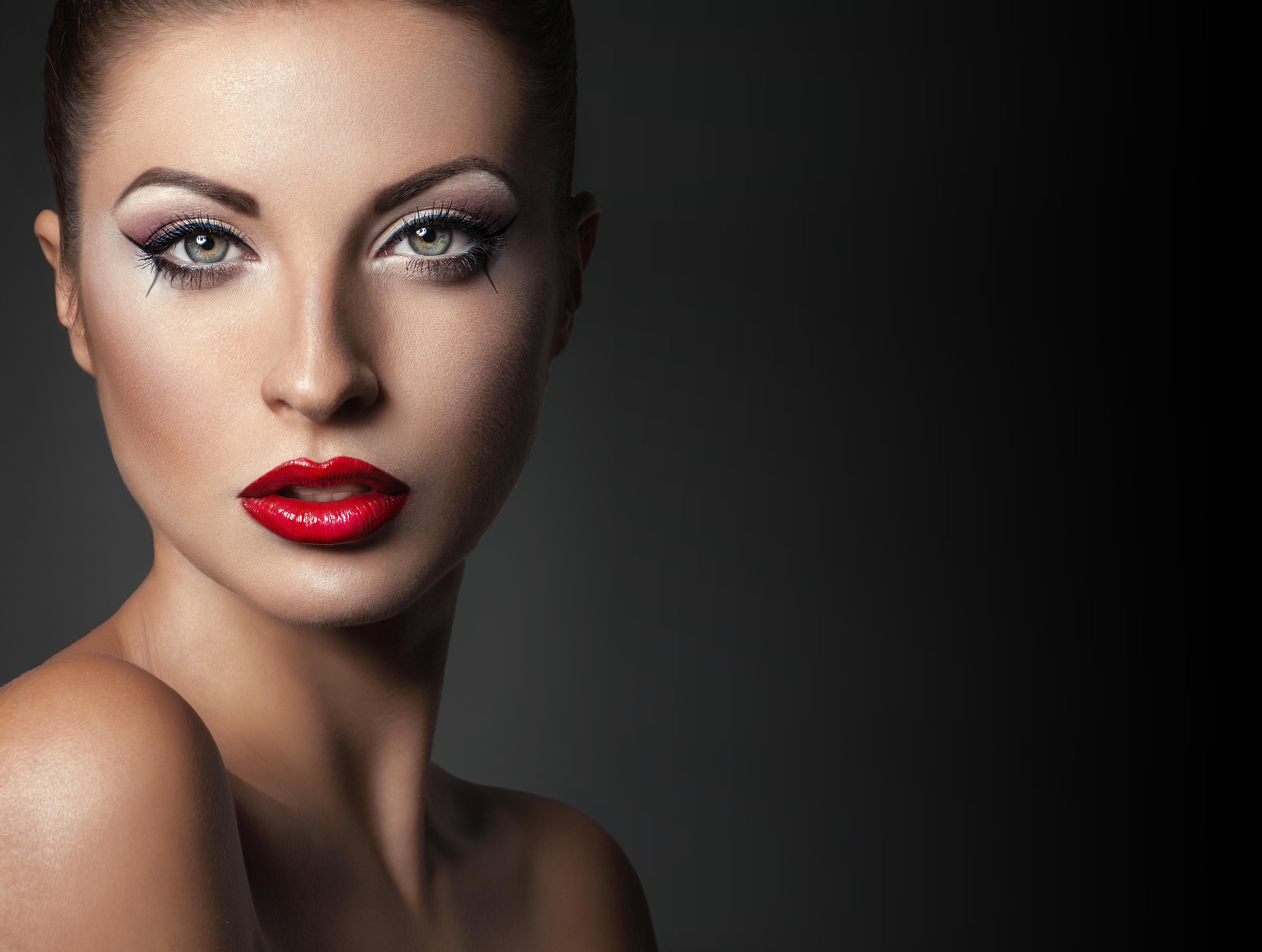648818-red-lips-photo